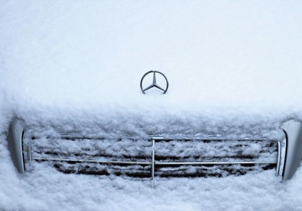 雪がボンネットに積もっている