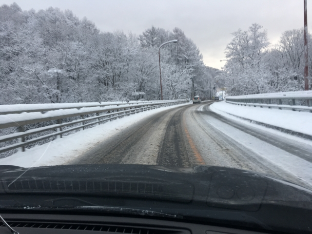 雪が積もった高速道路