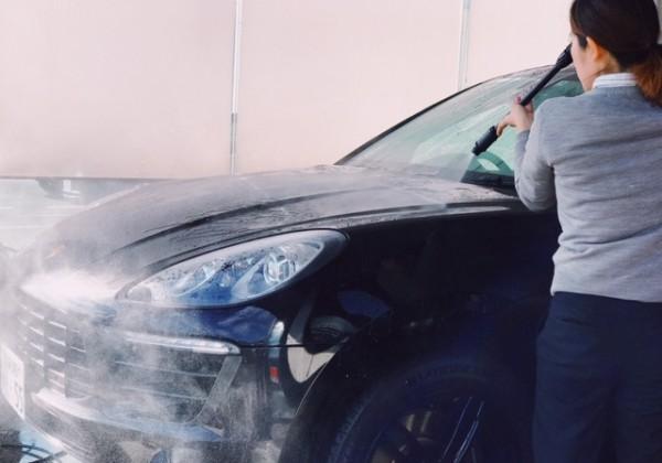 高圧水で車の汚れを落としている