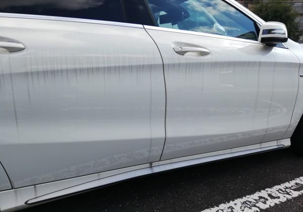 水垢が付いたの白い車