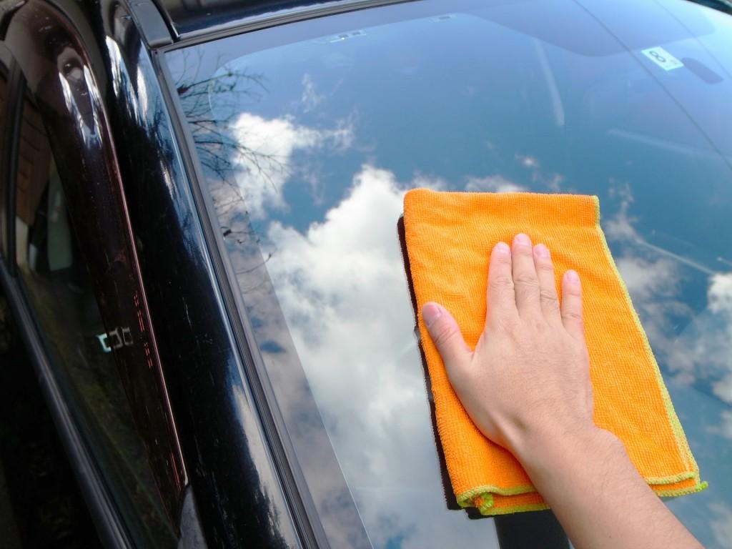 車を洗車で手入れ