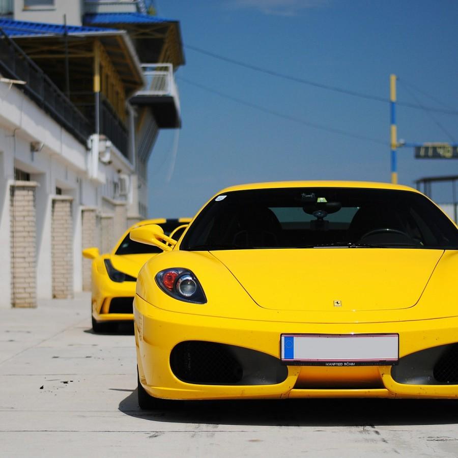 黄色フェラーリ