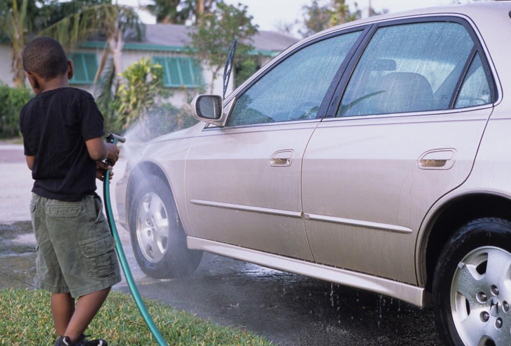 子供が車に水をかける