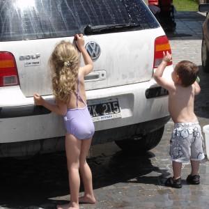 子供が洗車している